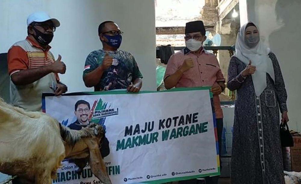 Cawali Machfud Arifin bersama Ny Lita istrinya menyerahkan hewan kurban di Langgar Gipo di Kalimas Udik, Surabaya