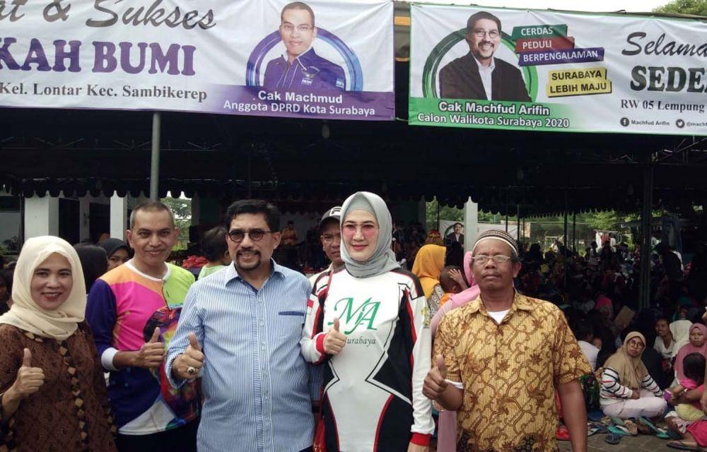 Machfud Arifin bersama istrinya Ny Lita Machfud Arifin berbaur dengan warga dalam kegiatan sedekah bumi di RW 05 Lempung, Kelurahan Lontar, Kecamatan Lakarsantri, Surabaya