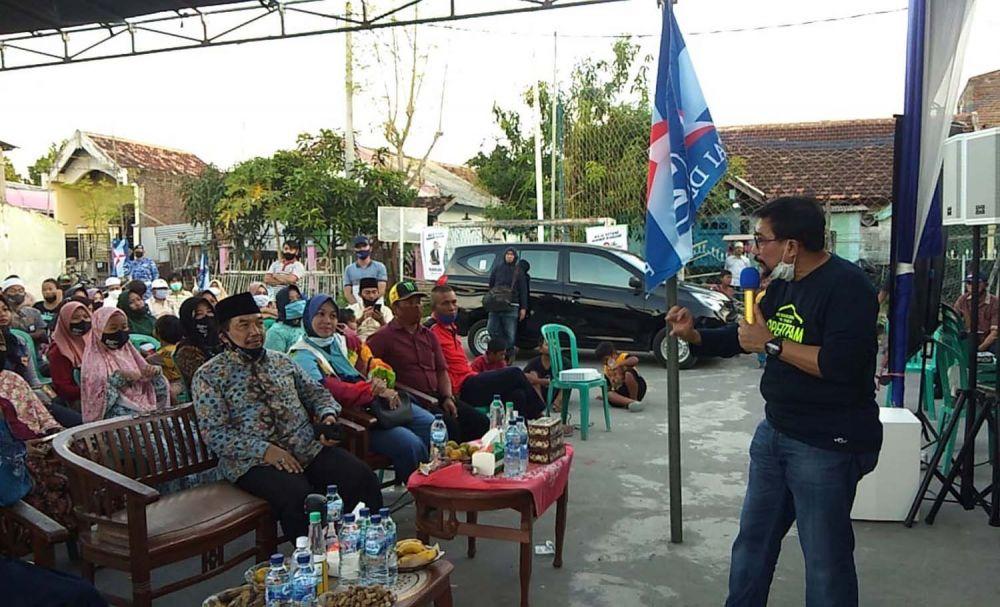 Calon Wali Kota Surabaya Machfud Arifin menyapa warga Tambak Wedi
