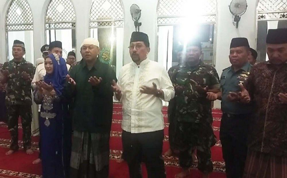 Mantan Kapolda Jatim Irjen Pol (Purn) Machfud Arifin berdoa setelah meresmikan Masjid Muhammad Nur Hamzah, di Ponpes Hidayatulloh Al Muhajirin, Arosbaya, Bangkalan, Madura