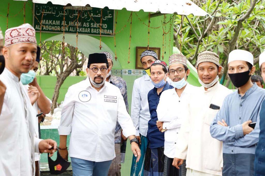 Calon Wali Kota Surabaya Machfud Arifin berziarah ke makam para wali di Sidoresmo (Nderesmo), Wonocolo