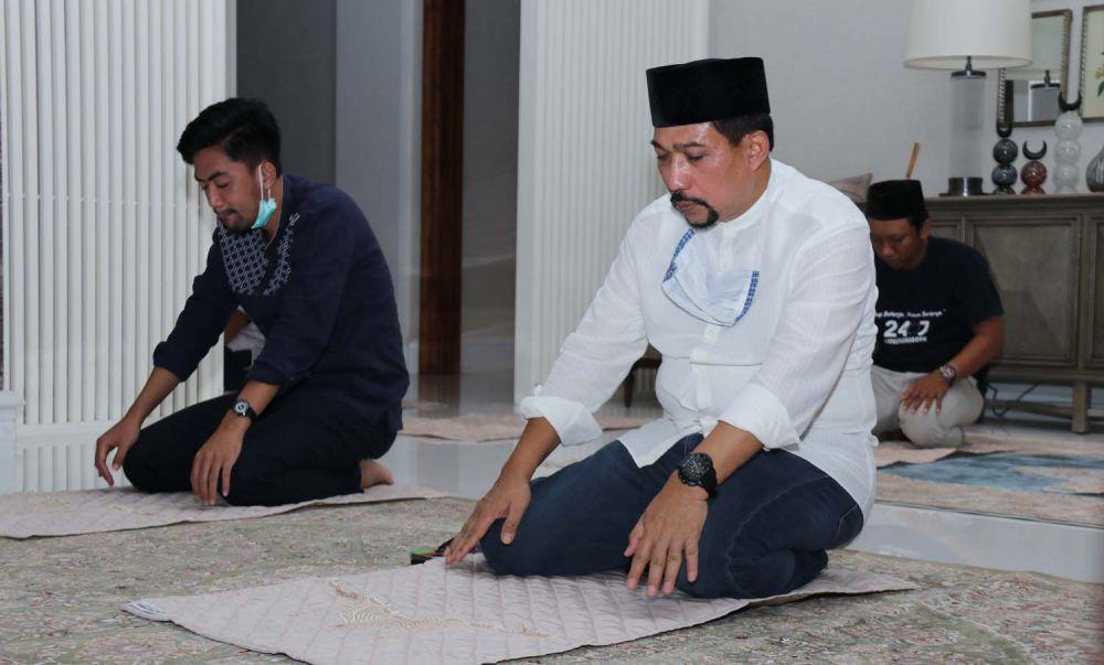 Cawali Surabaya Machfud Arifin Salat Tarawih pertama di rumah