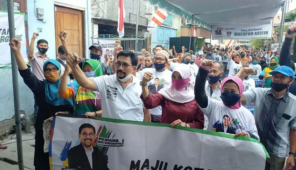 Calon Wali Kota Surabaya Machfud Arifin bersama warga Bulak Rukem