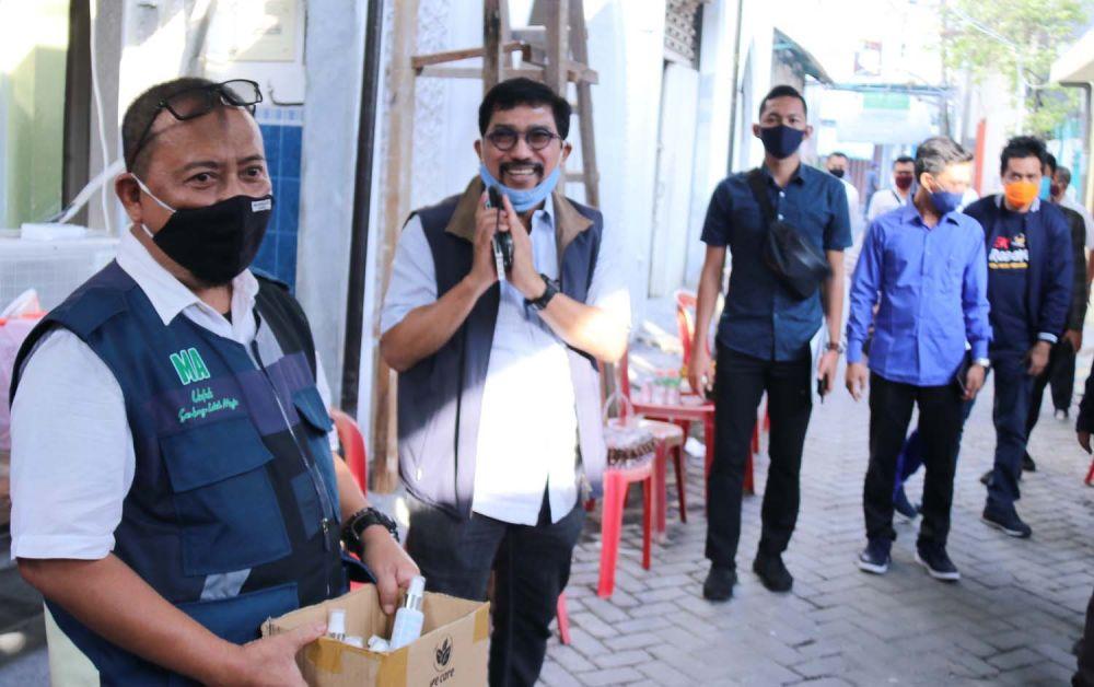 Calon Wali Kota Surabaya Irjen Pol (Purn) Machfud Arifin saat menyapa warga di Krembangan Utara