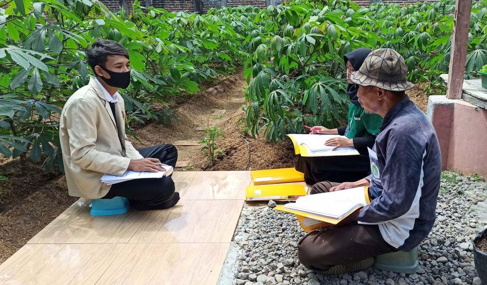 Saat Pak Tedjo mengajak mahasiswanya ujian skripsi di kebun