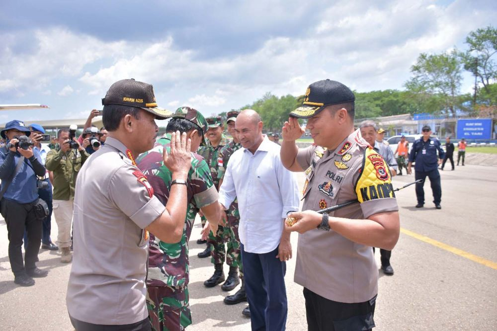 Kapolri Jenderal Idham Aziz dan Panglima TNI Marsekal Hadi Tjahjanto saat tiba di Kupang, NTT