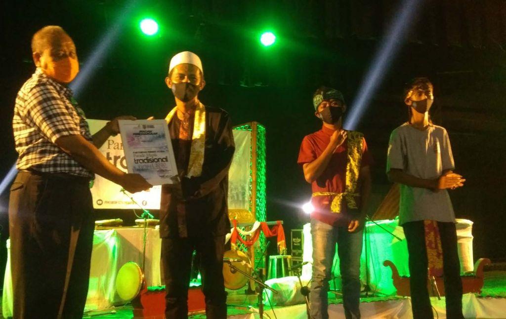 Peserta Parade Musik Tradisional secara virtual yang digelar Dinas Pendidikan dan Kebudayaan Kota Probolinggo menerima penghargaan