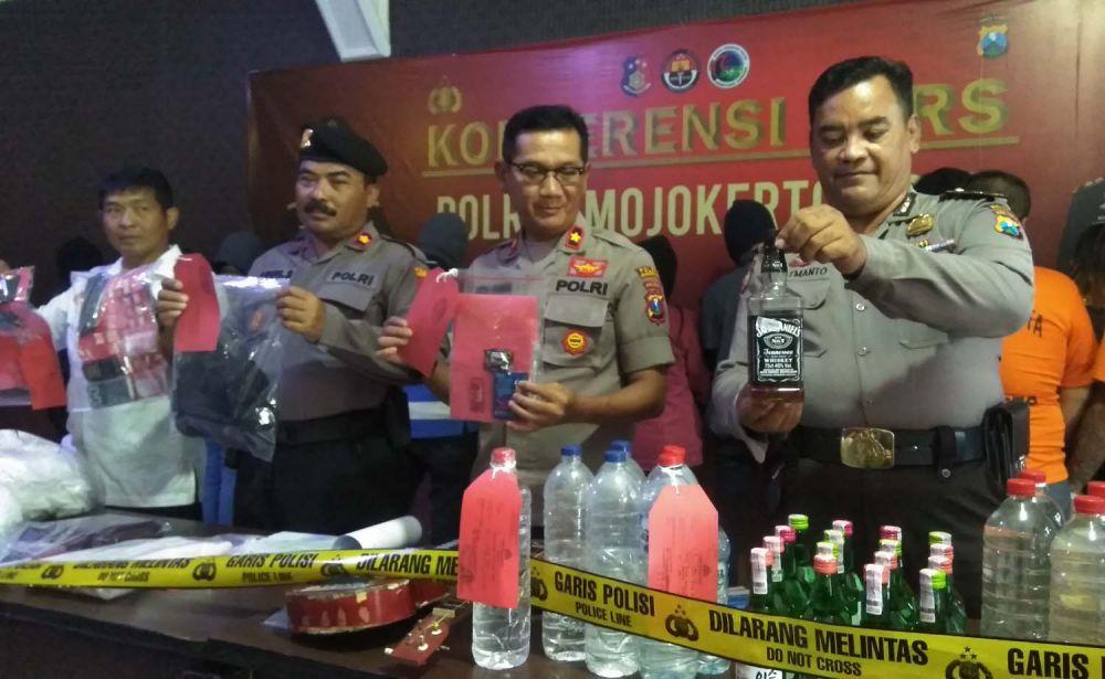 Polres Mojokerto Kota juga mengamankan barang bukti miras hingga narkoba