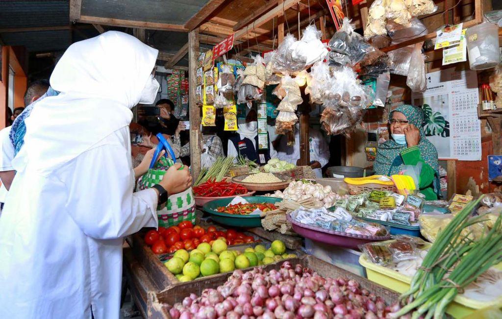 Bupati Banyuwangi, Ipuk Fiestiandani saat berkomunikasi dengan salah satu pedagang di Pasar Rogojampi