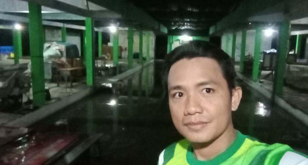 Agus Dully saat menunjukkan kondisi terkini banjir Pasar Sukorejo, Bojonegoro