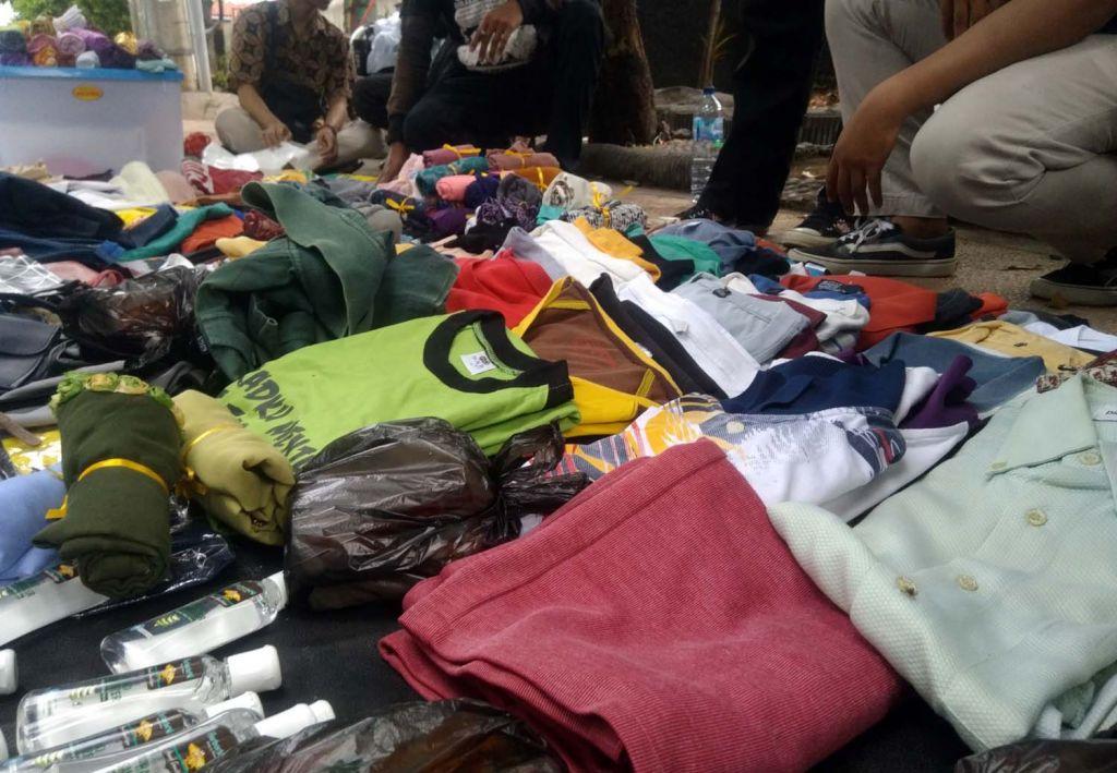 Pasar Tanpa Uang di atas trotoar Jalan Suroyo, Kota Probolinggo