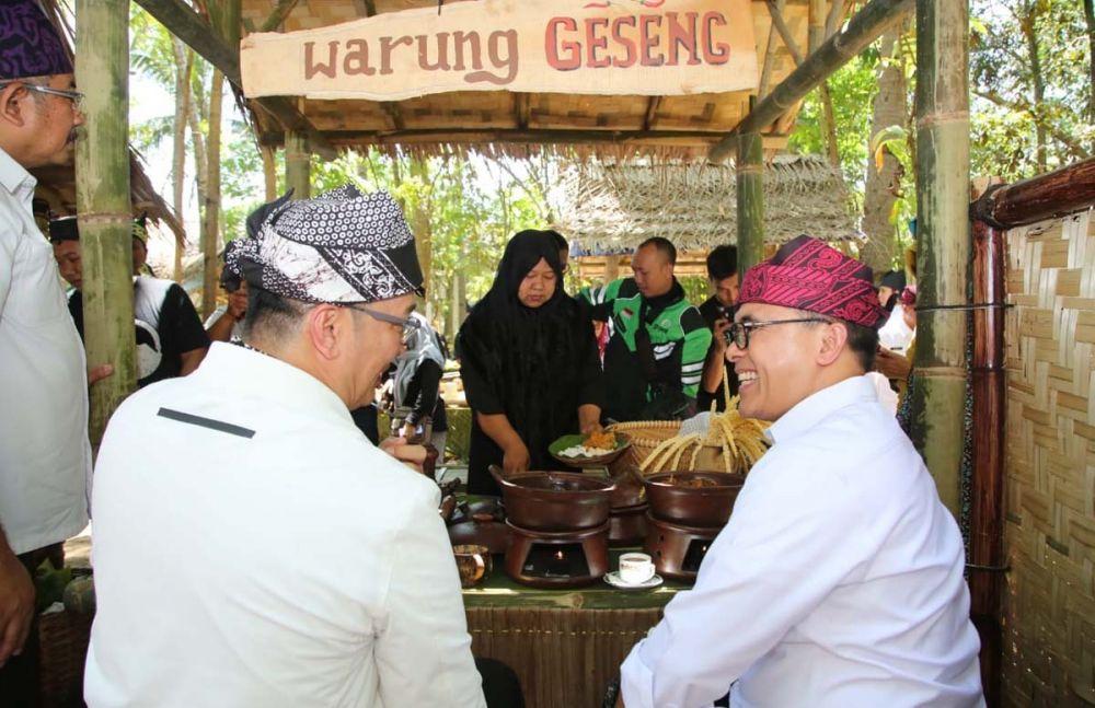 Bupati Anas menikmati menu Geseng Bangsong atau itik jantan di Pasar Wit-witan Banyuwangi