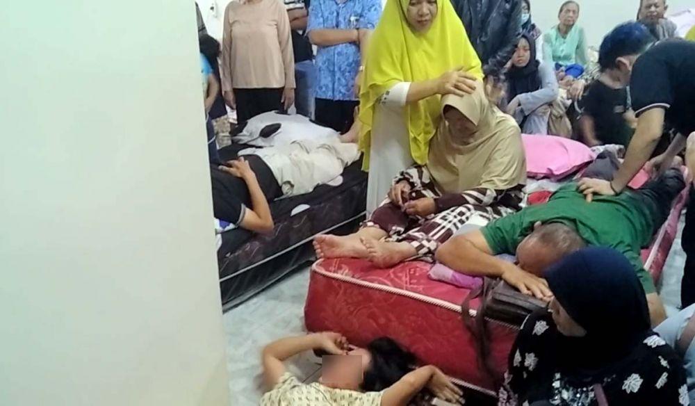 Ningsih Tinampi melihat Widia, salah satu pasien yang kesurupan