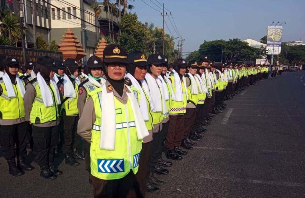 Deretan polwan yang masuk dalam Pasukan Asmaul Husna bersiap menyambut massa demo di depan Gedung DPRD Jawa Timur