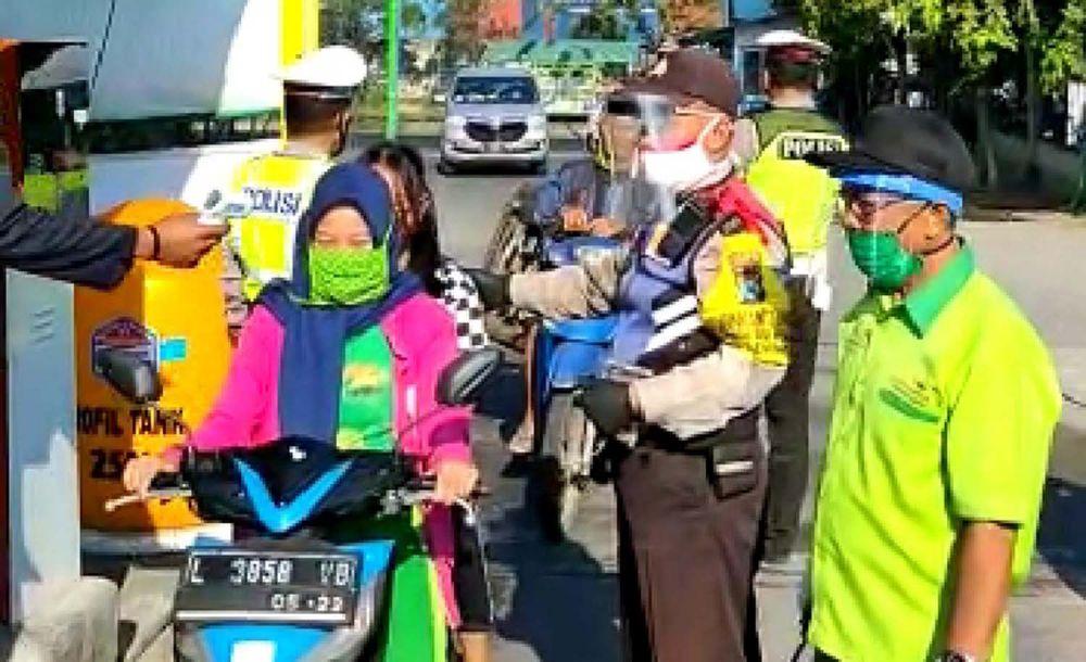 Para pengunjung Pasar Induk Osowilangun Surabaya (PIOS) dapat terima masker gratis