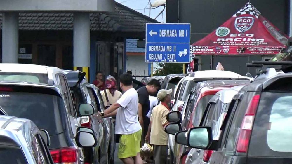Antrean kendaraan wisatawan di Pelabuhan Ketapang Banyuwangi