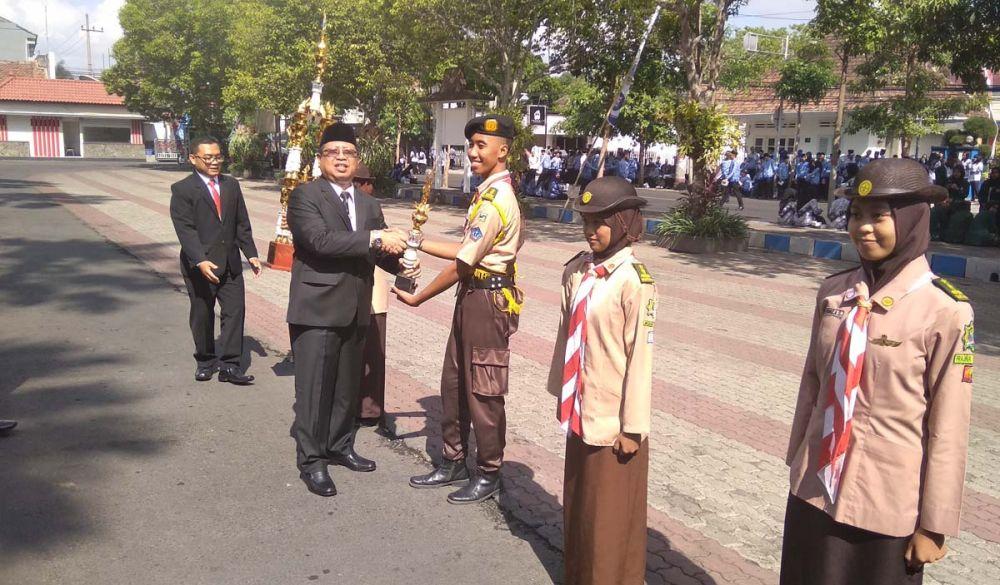 Bupati Tulungagung Maryoto Birowo memberikan penghargaan kepada para pelajar berprestasi