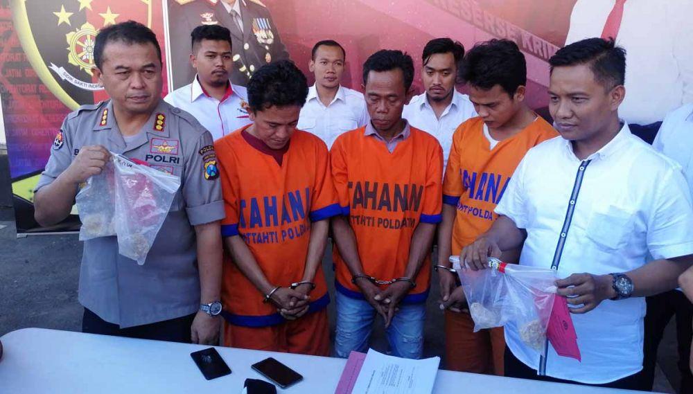 Tiga tersangka dan barang bukti dibeberkan di Mapolda Jatim