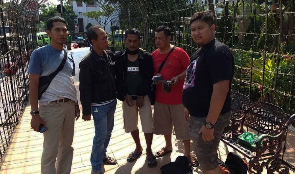Pelaku Wiji saat ditangkap Tim Jatanras Polda Jatim di depan JMP Surabaya