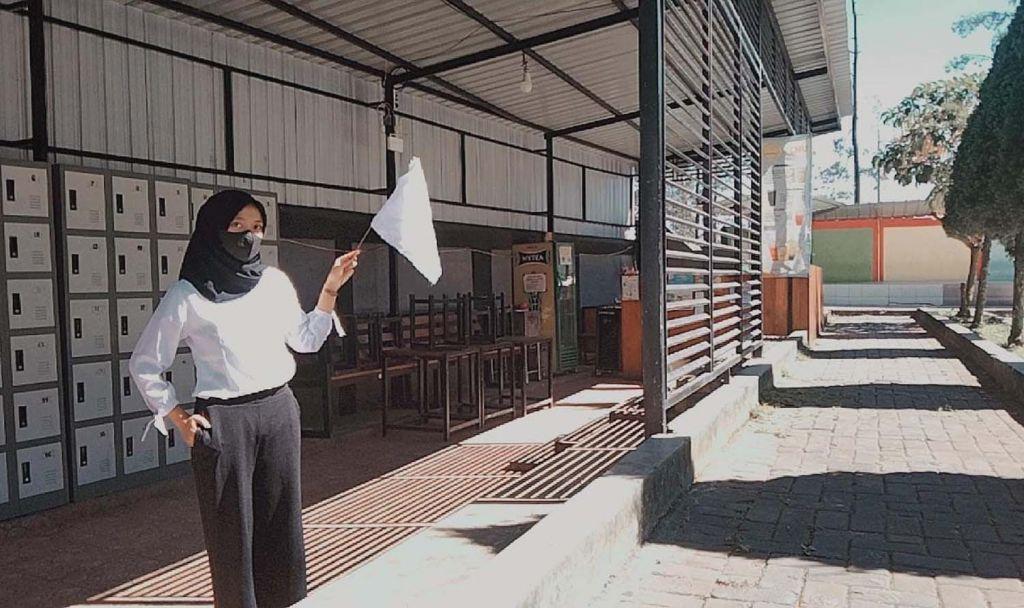 Salah satu pelaku usaha di Mojokerto memegang bendera putih