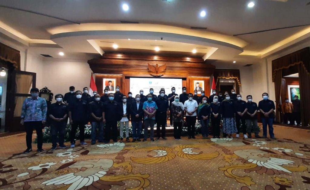 Gubernur Khofifah Indar Parawansa bersama para pengurus AMSI Jatim periode 2020-2023