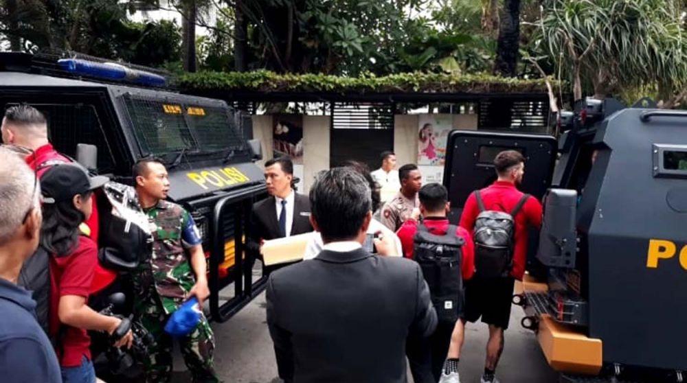 Pemain dan ofisial Persija masuk kendaraan rantis dari Hotel Java Paragon, Surabaya menuju Stadion Gelora Delta Sidoarjo