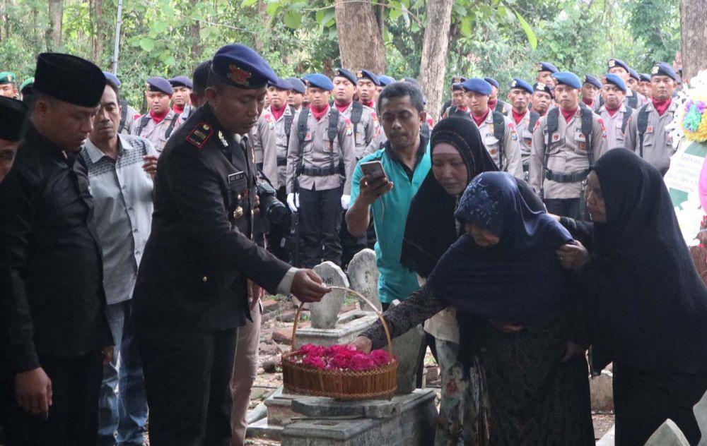 Prosesi pemakaman Bripda Fredy Kusbiantoro di Ponorogo