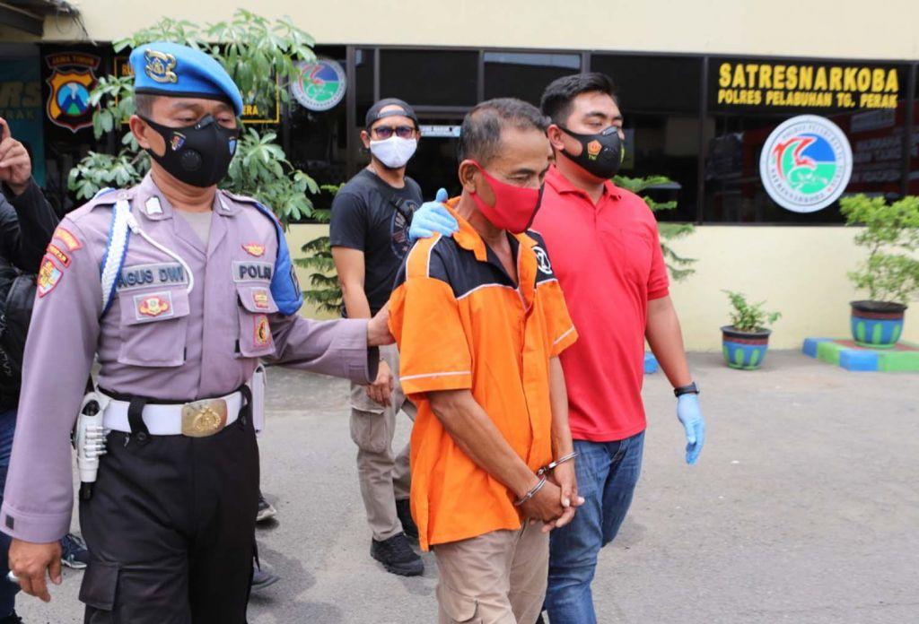 Pelaku Mat Nadim digiring di Mapolres Pelabuhan Tanjung Perak, Surabaya