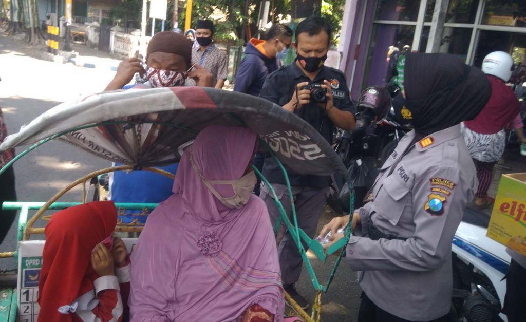 Pembagian masker batik gratis di Kota Probolinggo