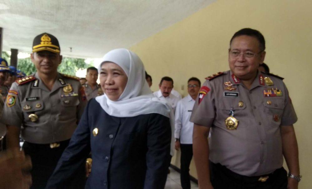 Gubernur Jatim Khofifah Indar Parawansa dan Kapolda Jatim Irjen Pol Luki Hermawan memberi pembelakan para Siswa Bintara Polri di SPN Bangsal Mojokerto