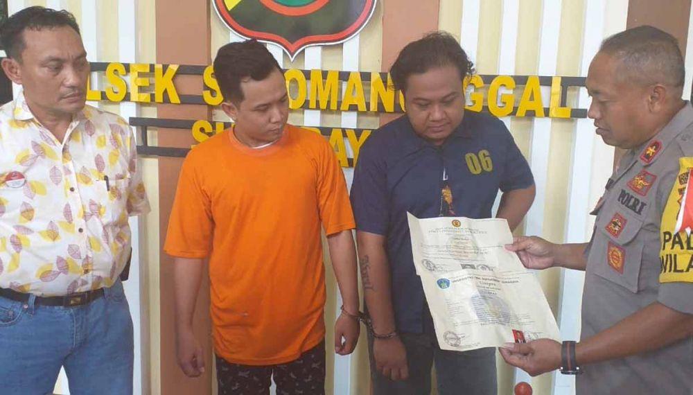 Dua pelaku sindikat pembuat ijazah palsu diamankan di Polsek Sukomanunggal, Surabaya