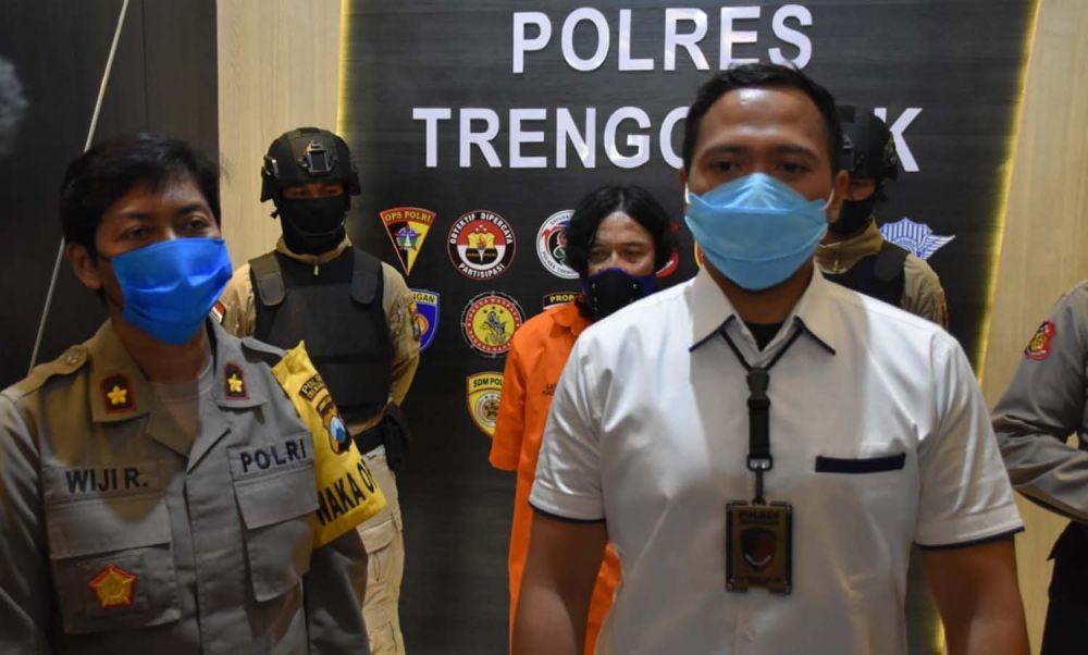 Kasatreskrim Polres Trenggalek Iptu Bima Sakti menjelaskan kronologi kasus pembunuhan yang diungkapnya