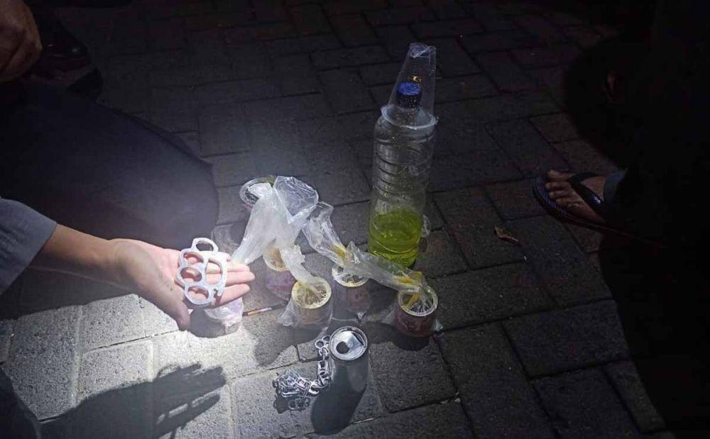 Barang bukti lem bekas diisap dan roti kalung diamankan di Mapolres Situbondo