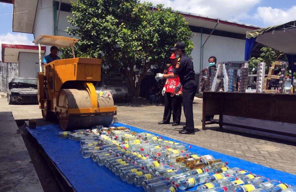 Botol-botol miras dan liquid vape dimusnahkan dengan alat berat