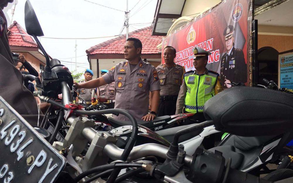 Kapolres Blitar Kota AKBP Leonard M Sinambela menunjukkan puluhan motor berknalpot brong yang diamankan