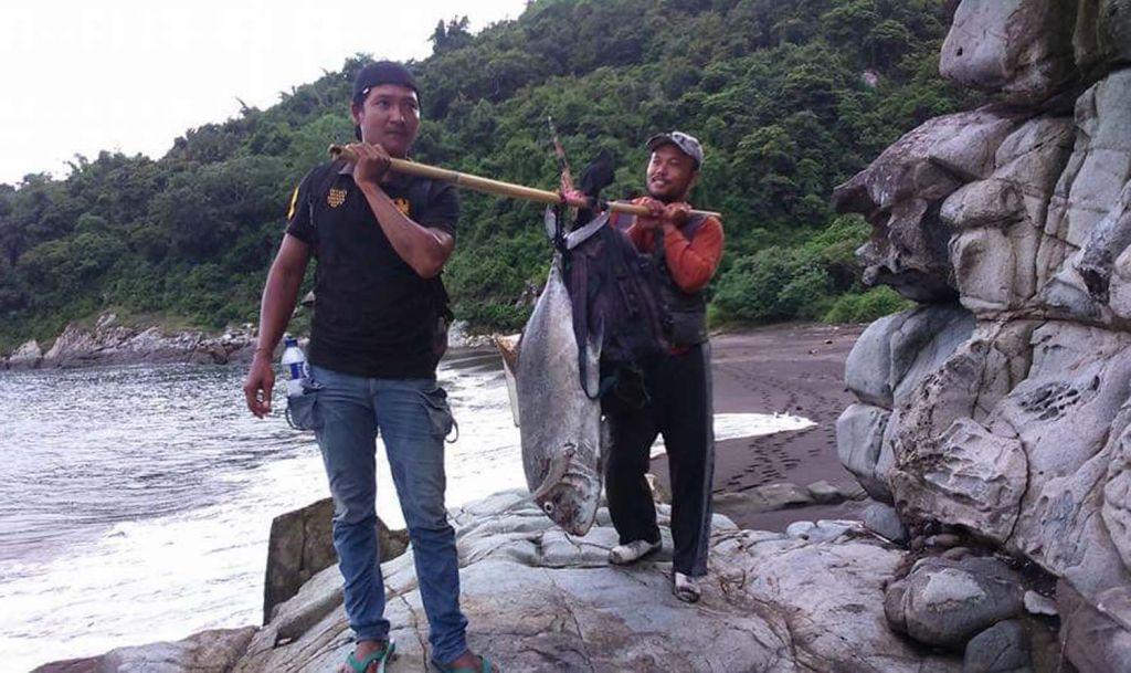 Jono dan temannya saat memancing di Batu Gumuk Parang Semar