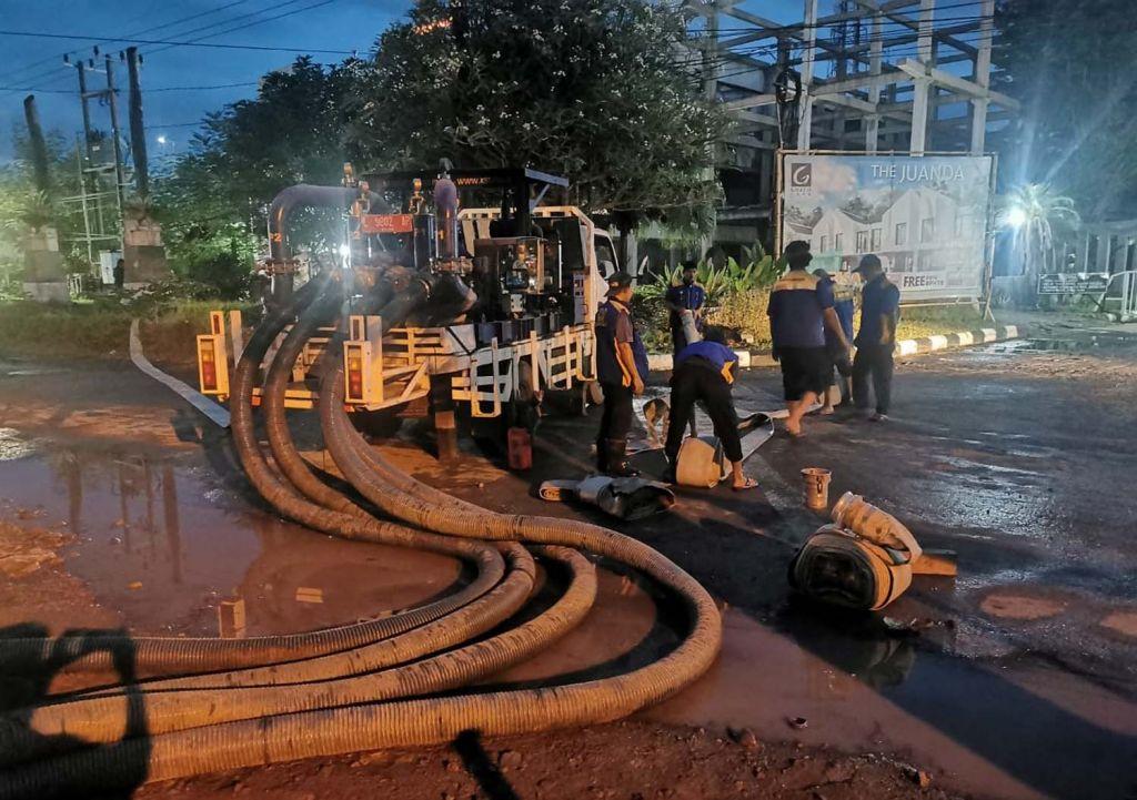 Tim Reaksi Cepat BBWS Brantas saat menangani genangan air di Jalan Juanda
