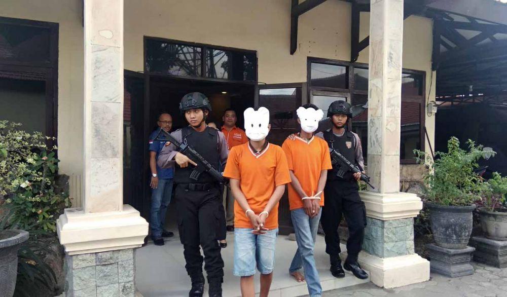 Dua pelaku pencabulan digiring di Mapolres Mojokerto Kota