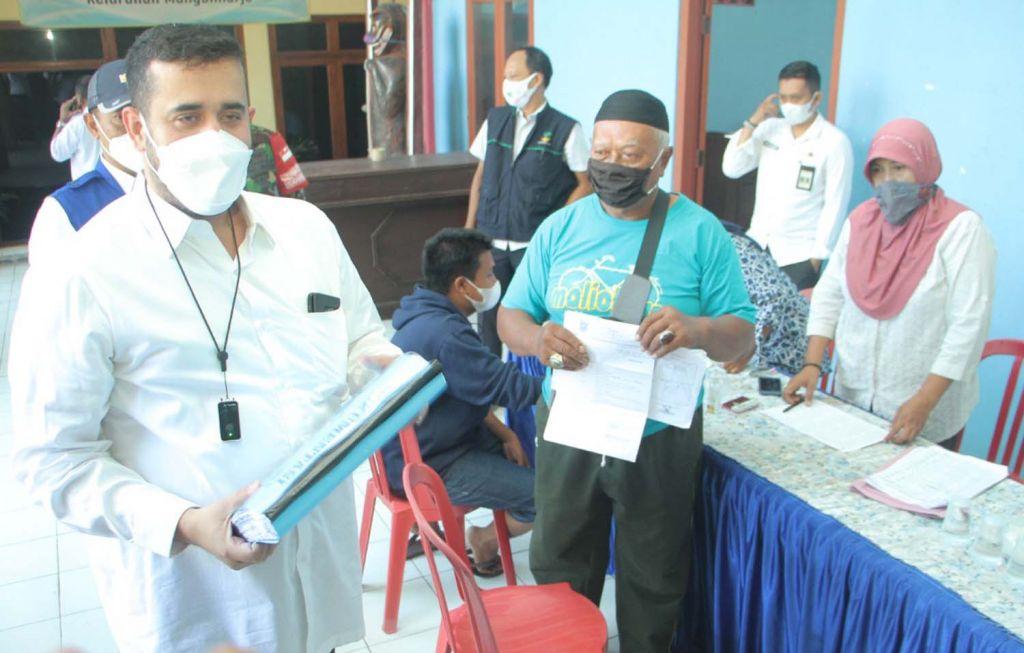 Wali Kota Probolinggo Hadi Zainal Abidin saat meninjau pencairan bansos PPKM Darurat di Kelurahan Mangunharjo, Kecamatan Mayangan