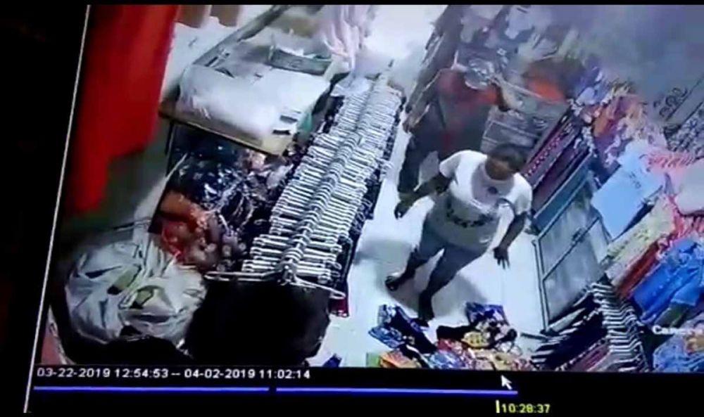 Pria dan wanita diduga pasangan suami istri terekam CCTV saat mencuri HP di Kota Mojokerto