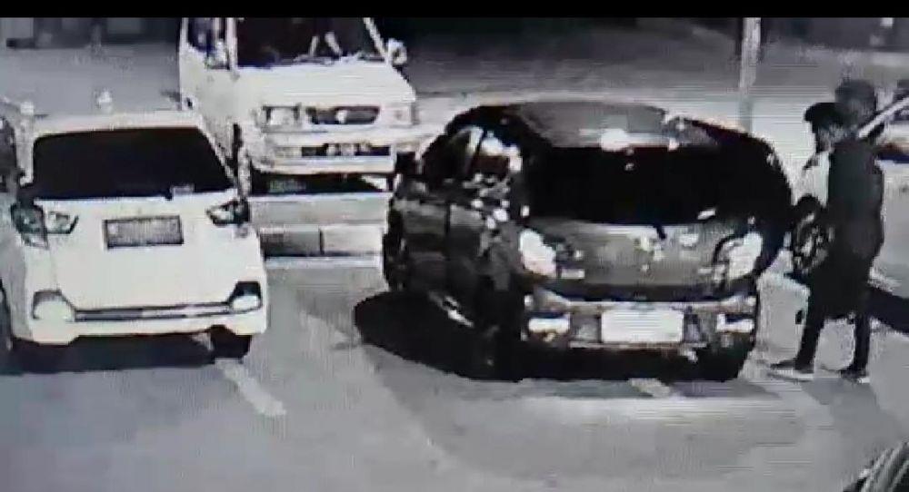Pelaku perampasan saat berada di samping mobilnya