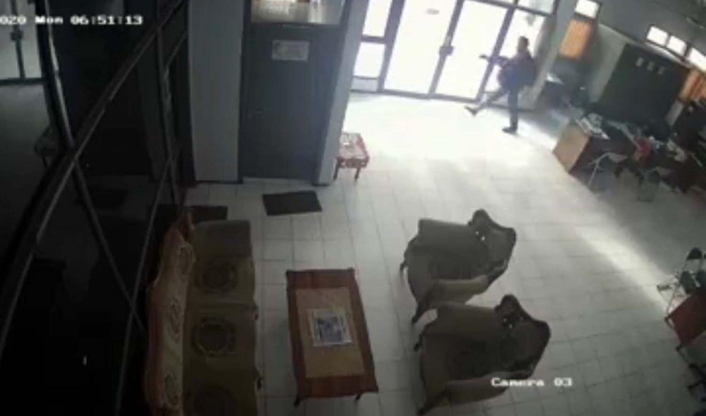 Aksi pelaku pencurian di Kantor DPKP Kota Mojokerto terekam kamera CCTV