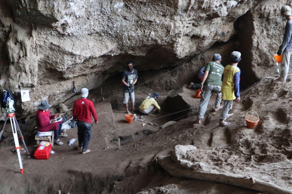 Tim Arkeolog saat melakukan penelitian di Gua Lowo, Sampung, Ponorogo