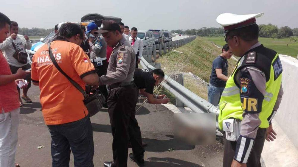 Petugas PJR Polda Jatim dan Tim Inafis Polres Jombang melakukan identifikasi di lokasi penemuan