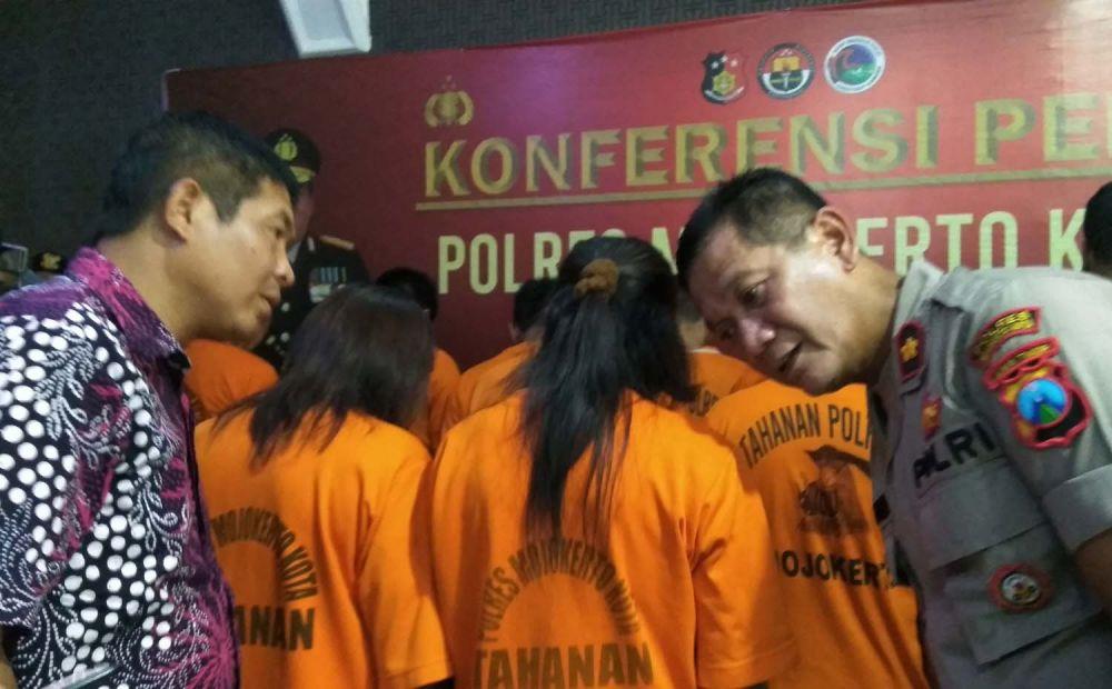 Wakapolres Mojokerto Kota Kompol Hanis Subiyono (kanan) menginterogasi dua perempuan yang ditangkap atas kasus narkoba