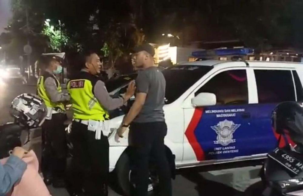 Aksi pengemudi mobil (bertopi) yang terus mendebat anggota Unit Lantas Polsek Genteng saat hendak ditilang di samping Grand City Mall Surabaya