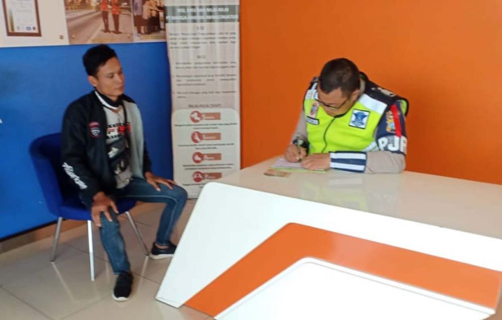 Petugas Sat PJR Polda Jatim menilang pengendara motor asal Blitar yang melaju di Tol Mojokerto-Jombang