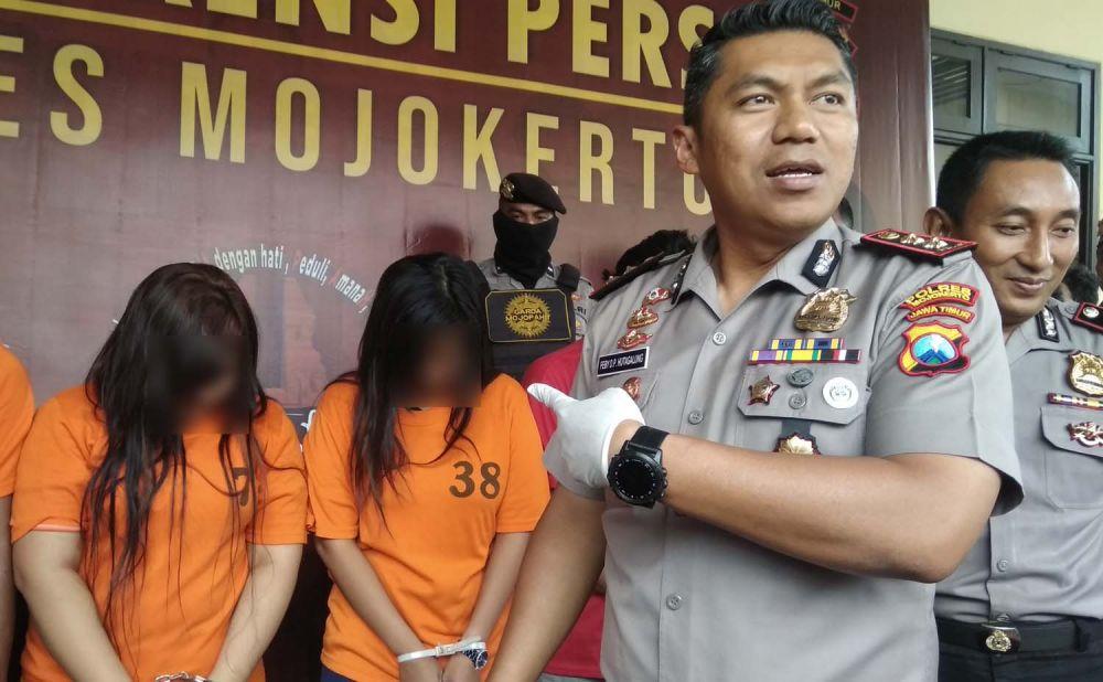 Kapolres Mojokerto AKBP Feby Hutagalung menunjukkan salah satu cewek yang terlibat dalam skenario pengeroyokan