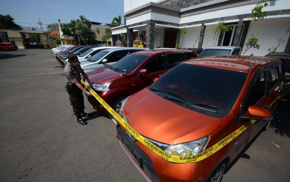 Deretan mobil yang disita Unit Pidek Polrestabes Surabaya dari sindikat penggelapan mobil antar kota