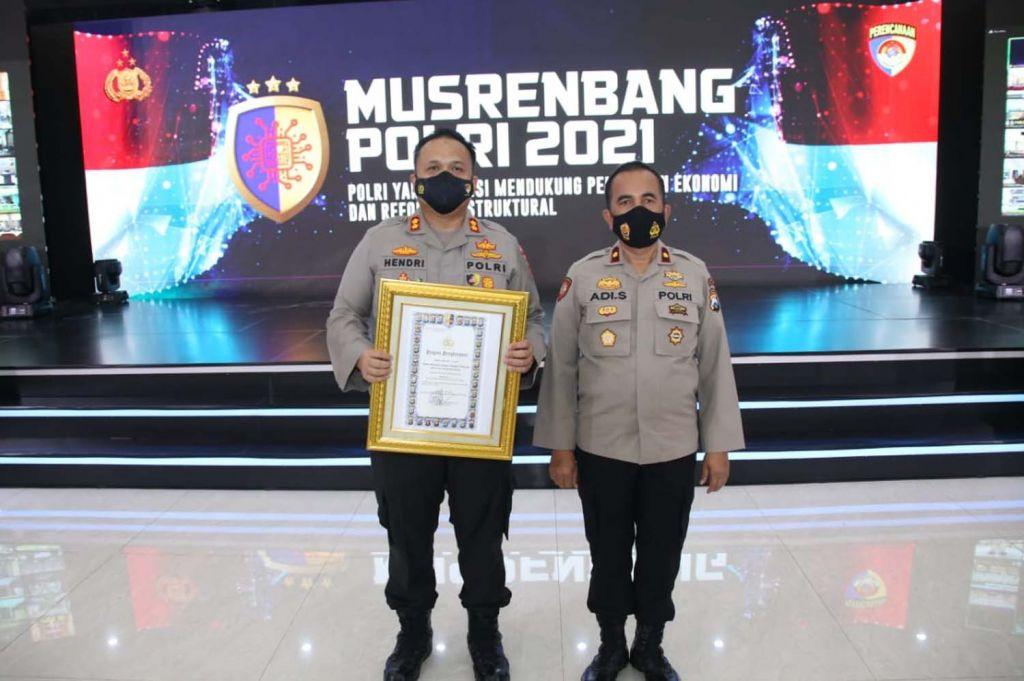 Kapolres Malang AKBP Hendri Umar (kiri) usai menerima penghargaan dari Kapolri